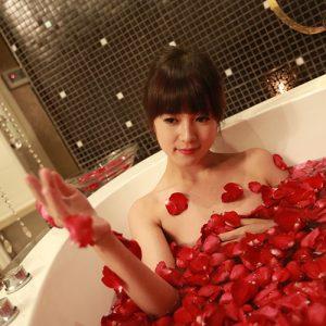 Giảm stress bằng cách tắm cùng những cánh hoa hồng đỏ mọng