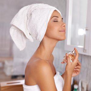 Xịt nước hoa sau khi tắm là bí quyết giúp lưu giữ hương lâu hơn