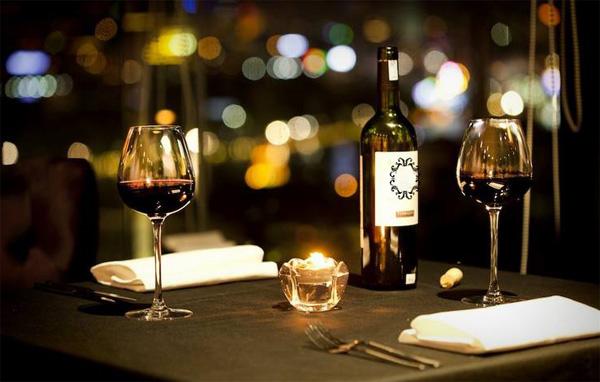 Bữa ăn tối lãng mạn dưới ánh nến luôn là lựa chọn an toàn.
